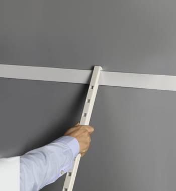 навешивание вертикальной направляющей Кеново в гардеробной